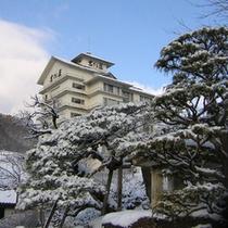 雪の中に佇む吉川屋
