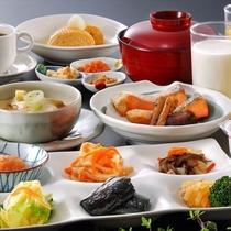 朝食のバイキングは旬の野菜を使用した煮物や炒めものなど※和食一例