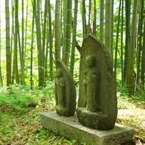 竹林でひっそりと佇むお地蔵様。探してみて!