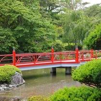 庭園「花小径(はなこみち)」のシンボル『出逢い橋』