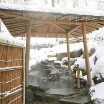 冬は雪見風呂も