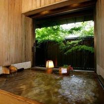 【東館B1・無料貸切露天風呂・二人静】「ふたりしずか」と読みます。縁側もある半露天式の檜風呂です。