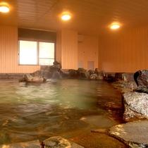 【東館1F・大浴場・「清爽の湯」ほととぎす】大浴場は男女ともにレトロ調な岩風呂です。