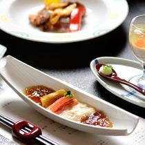 【夕食・先付】そばがきをソースペジャメルで ズワイガニ 湯葉 焼茄子 黒酢ジュレ ブランデークリーム