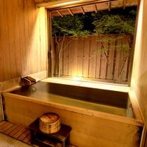 【東館B1・無料貸切露天風呂・二人静】ヒノキとヒバの木のぬくもりを感じます。カップルに人気です。