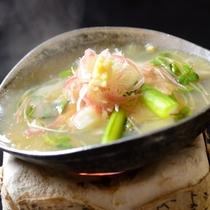 【夕食・台物】サーモンの味噌柚庵焼き 野沢餡掛け トロっとしたあたたかい餡が美味しさを引き立てます。