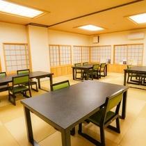 【西館1F・お食事処「浅間の間」】和室のレストランスタイルのイス・テーブルでのお食事処です。