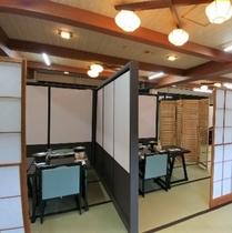 個室風で安心のお食事会場 1m80cmの仕切りを組んで個室風にしつらえてあります