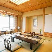【東館最上階・禁煙・和室12畳】全2室。視界を遮るものがない大きな窓が特徴のお部屋です。