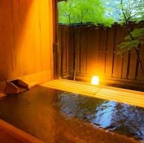 【東館B1・無料貸切露天風呂・二人静】抗菌作用のあるヒバ材を浴槽に使っています3