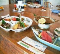 自家農園で採れた野菜から地魚まで盛りだくさん
