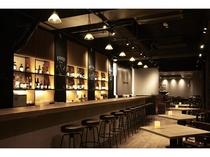 1Fのカフェ&バーではご朝食やランチ、アルコール、軽食などもご用意!