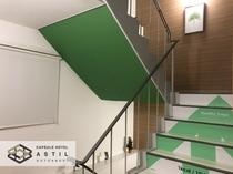 <館内階段>1カロリー10ステップ!ホワイト&グリーン+木目でロハスな仕様です。