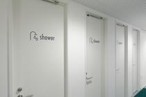 各フロアに完備。シャワーブース真っ白で清潔