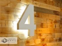 <4F>各フロアの階数表示板もライトアップしスタイリッシュ雰囲気になっております。