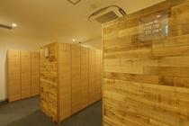 脱衣ロッカー各所に木を使い落ち着くロハスなイメージを演出してます。ロッカールーム壁面