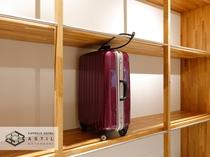 <5F>大型荷物用棚スーツケース、施錠参考例
