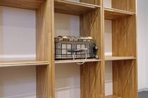 大型荷物専用棚ワイヤーロックで大切なお荷物をお守りします。