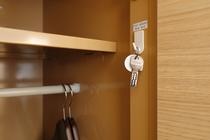 脱衣ロッカー内にシューズボックスの鍵をお掛け下さい。紛失防止のため。