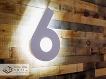 <6F>各フロアの階数表示板もライトアップしスタイリッシュ雰囲気になっております。