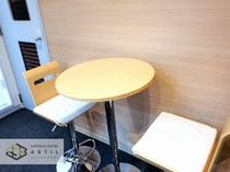 <6F>自動販売機前にフリーテーブルと椅子を設置しました。滞在中のご飲食などにご利用ください。