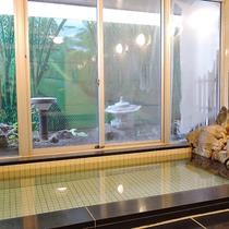 *[男湯の大浴場]大きな窓が開放的な大浴場