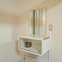 *[客室イメージ]壁についている鏡。洗面台所は各階の共用洗面所をご利用下さい