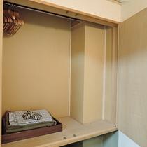 *[客室イメージ]客室にはクローゼット完備!中には浴衣と半纏をご用意しております