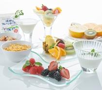 朝食 シリアル・フルーツ・ヨーグルト