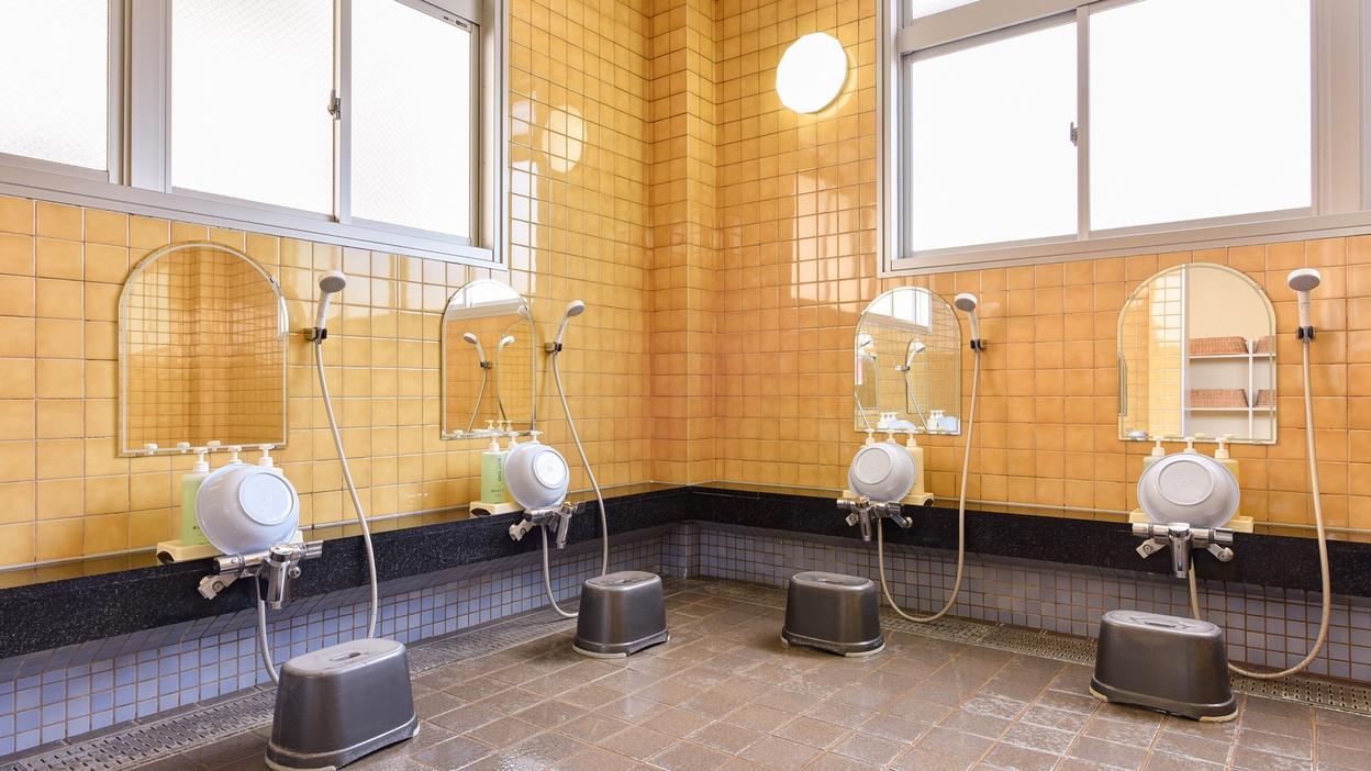 *【男湯大浴場】洗い場。シャワーは4台ございます。