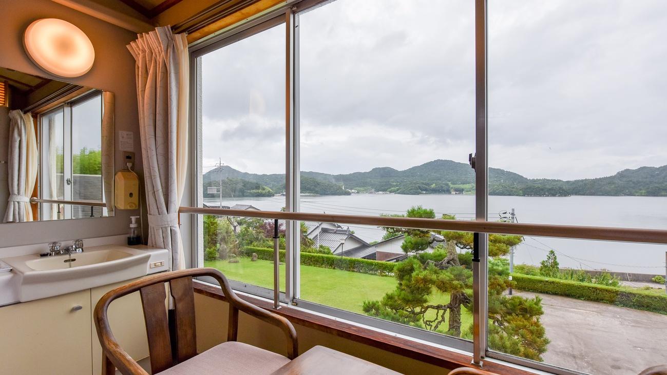 *【海側和室6畳一例】窓際の椅子に座ってお寛ぎください。