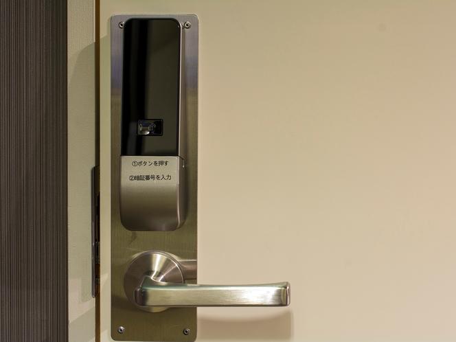 【6F 女性用大浴場】女性浴場入口には暗証番号式の電子ロックキーを設置