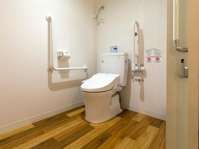 【バリアフリールーム】トイレには手すり、オストメイトの方向けの簡易洗浄シャワーがあります