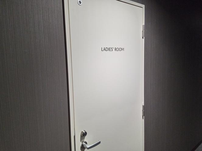【女性用トイレ】各階のフロアにございます。
