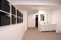 【3F 男性用大浴場 脱衣所】コインランドリーも併設しております。