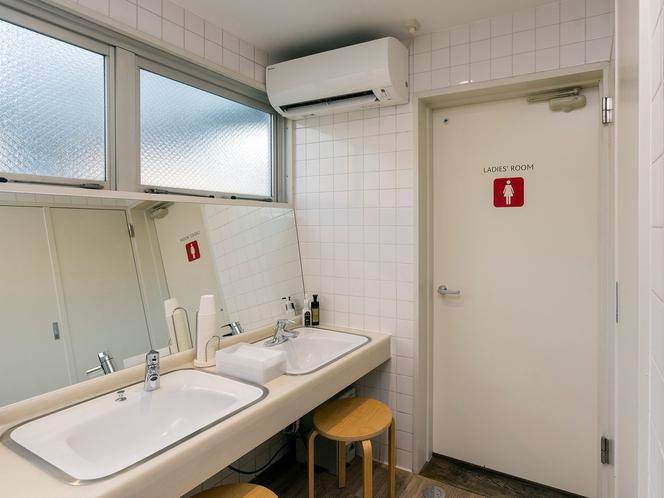 【5F・6F 洗面スペース】歯磨きに使える紙コップもあります