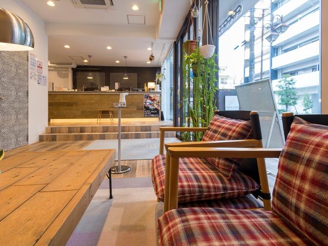 【1F ロビー】家具や床に木を用いていて、温かみがある空間です