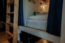 ベッドの下には大型のスーツケースも収納可能