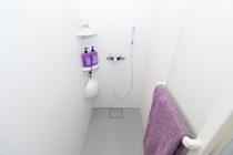 広くて清潔なシャワールーム