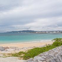 名護湾を望む風景、右手には本部半島が連なります。