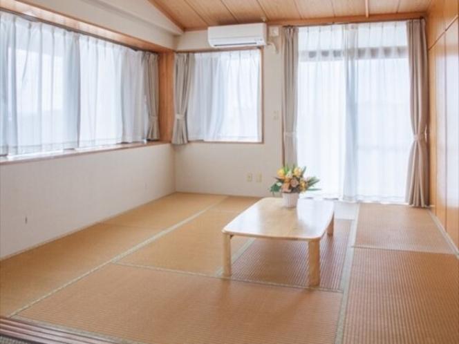 畳間①(窓が大きいので陽当たりも良いです)