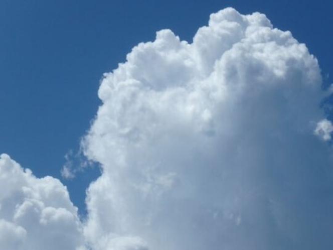 名護の空に白い夏雲