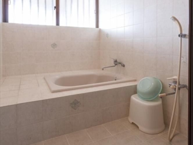 バスルーム(バスタブ)。外で身体を洗える楽々仕様。