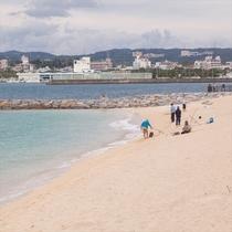 前の浜では釣りを楽しむ地元の人も。