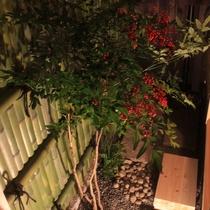 さと居 香雪 客室 1階半露天檜風呂から庭を眺める