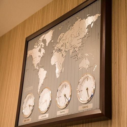 フロントには珍しい世界時計を壁に設置しています!
