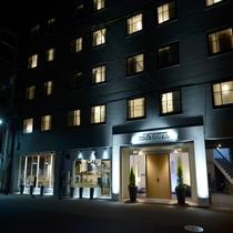 ホテル外観 夜間のライトアップ