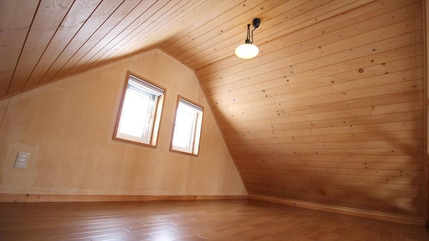 *【部屋】ロフトに上がると広さ十分のおやすみスペースがあります。