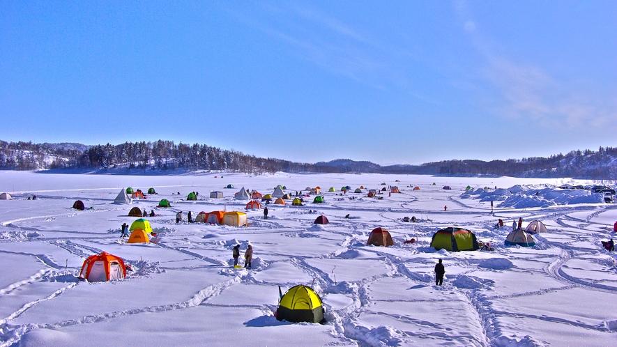 *【周辺/朱鞠内湖】冬季はワカサギ釣りする多くの方で賑わいます。
