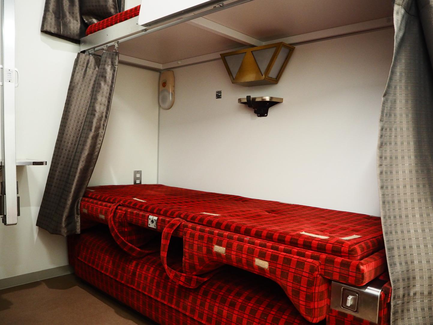 ソファ型2段ベッドは就寝時折りたたんで使います。